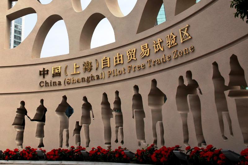 Čína zmierňuje obmedzenia zahraničných investícií v zónach voľného obchodu